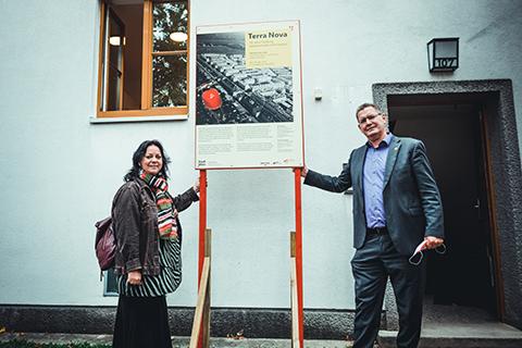 wohnpartner-Bereichsleiterin Claudia Huemer und Floridsdorf-Bezirksvorsteher Georg Papai eröffnen das Grätzelmuseum. Foto: WSW/Philipp Hartberger.