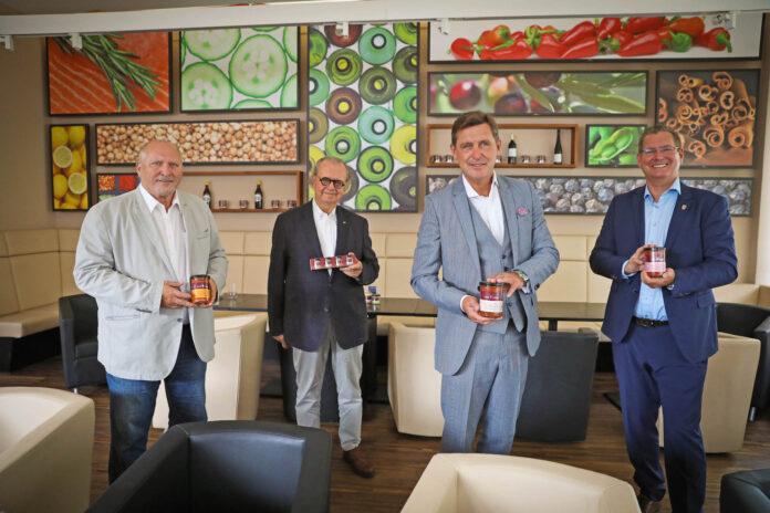 Bei Hink. Erwin Büchele, Firmenchef Spak, Peter Hanke und Bezirksvorsteher Georg Papai. Bild: Wallentin.