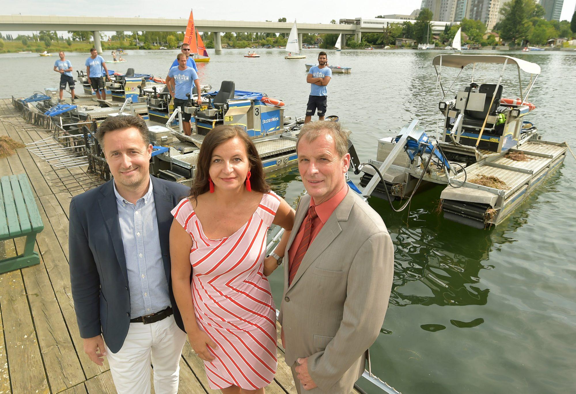 Bildtext: Umweltstadträtin Ulli Sima bedankt sich mit BV-Stellvertreter Karl Gasta (Donaustadt) bei den Mähbootfahrern für ihren unermüdlichen Einsatz. Auch Spartenobmann Markus Grießler (Vertreter der Bootsvermieter an der Alten Donau) ist hoch zufrieden mit dem Zustand der Alten Donau. Bild: C.Jobst/PID.