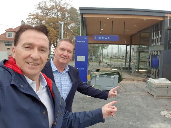 Foto: Bürgermeister Alexander Vojta und Gemeinderat Hans-Jürgen Peitzmeier überzeugten sich vom Baufortschritt am Bahnhof Gerasdorf. Bild: Stadtgemeinde Gerasdorf.