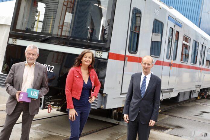 Wiener Linen Geschäftsführer Günter Steinbauer, Öffi-Stadträtin Ulli Sima Albrecht Neumann, Leiter Schienenfahrzeuge Siemens Mobility vor einem neuen X-Wagen. Bild: PID/Fürthner.