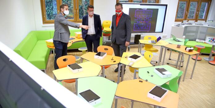 Bildungsstadtrat Jürgen Czernohorszky und Bezirksvorsteher Georg Papai bei der Eröffnung des Space 21 Future mit dem Lehrer Michael Fleischhacker. PID/VOTAVA.