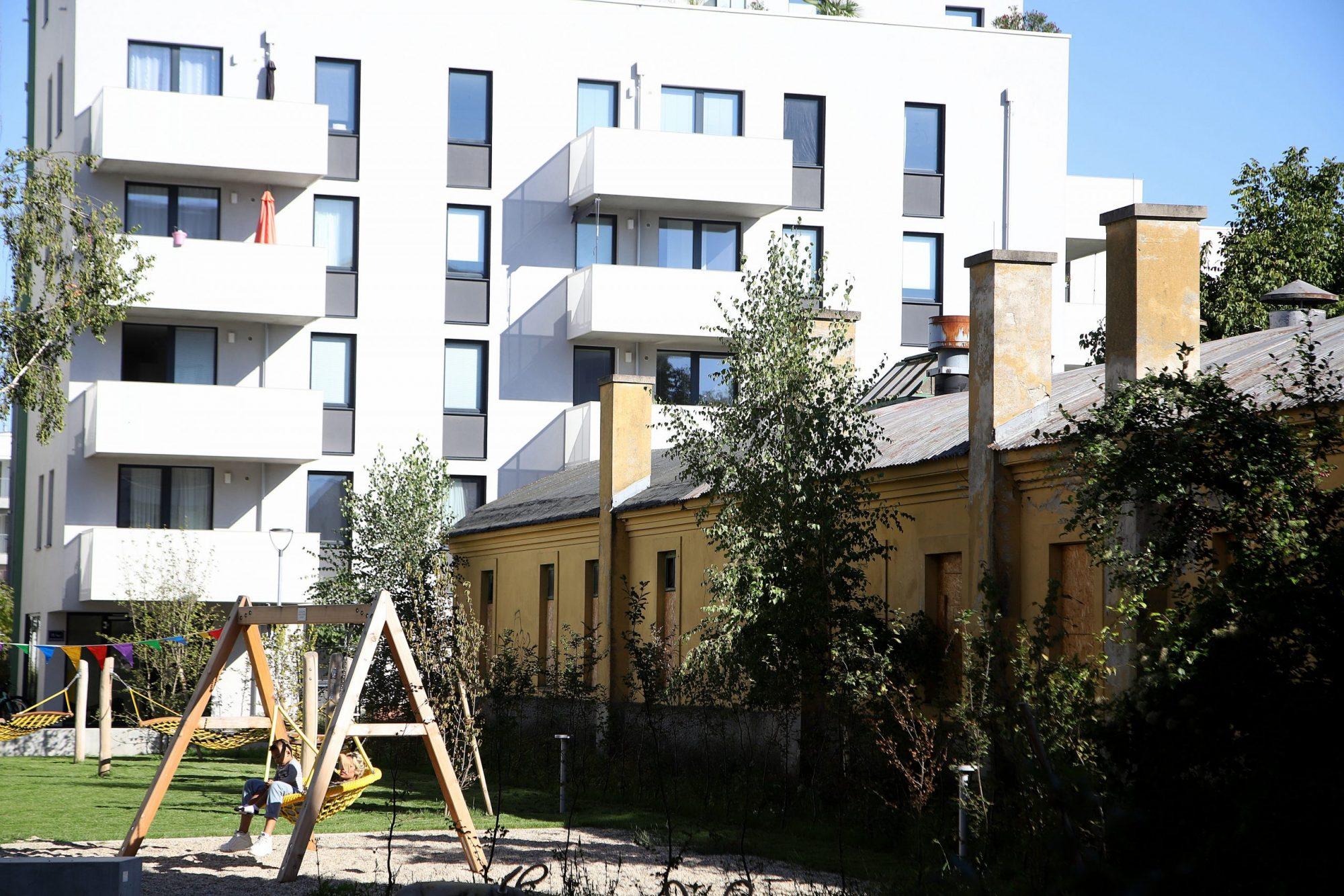 Der Mix aus denkmalgeschützten Gebäuden, Neubauten und alten Baumalleen verleiht Neu Leopoldau ein besonderes Flair. Etwa ein Drittel der mehr als 1.200 neuen Wohnungen insgesamt - rund 1.000 davon gefördert - wurden bereits fertiggestellt. Bild: PID/Votava.