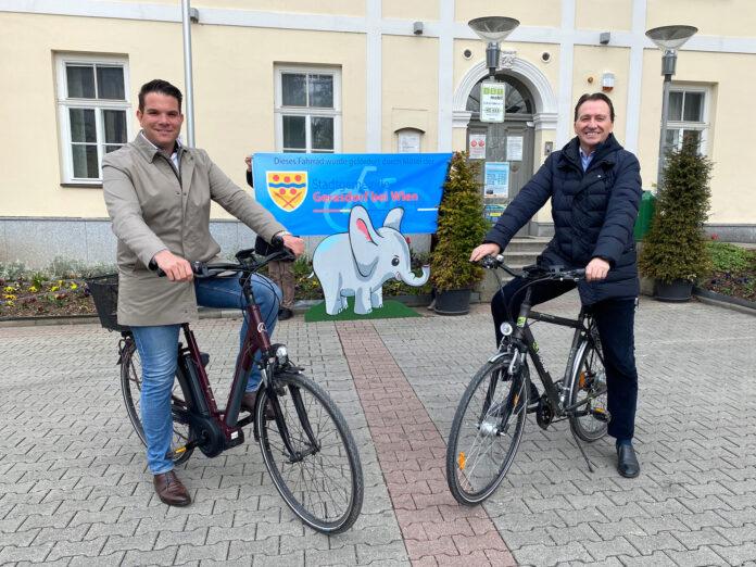 Stadtrat Michael Kramer und Bürgermeister Alexander Vojta präsentieren die Förderung für E-Bikes und Lastenfahrräder. Bild: Gemeinde Gerasdorf.