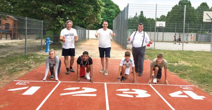 NÖMS-Turnlehrer Oppelmayer, Bürgermeister Vojta, Stadtrat Hoffmann und SchülerInnen der NÖMS Gerasdorf auf der neuen Laufbahn. Foto: GGK.