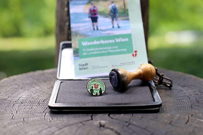 Neue Platin-Wandernadel für Wiener Stadtwanderwege. Bild: PID/Votava.
