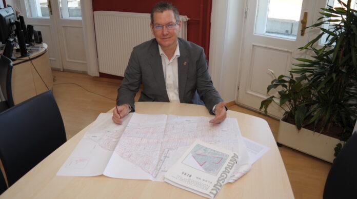 Bezirksvorsteher Georg Papai mit den Plänen für die neue Flächenwidmung in der Nordrandsiedlung. Bild: BV21.