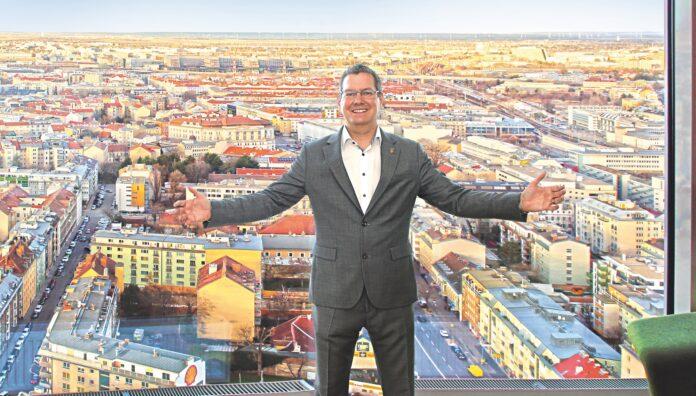 Bezirksvorsteher GeorgPapai (SPÖ) beim Foto-Termin im Florido-Tower. Bild: Robert Sturm - cordbase.com