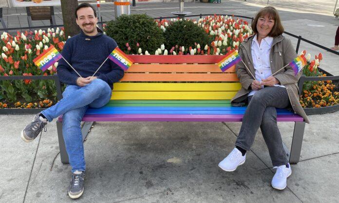 NEOS Floridsdorf freuen sich über Regenbogenbank am Pius Parsch Platz. Bild: NEOS.