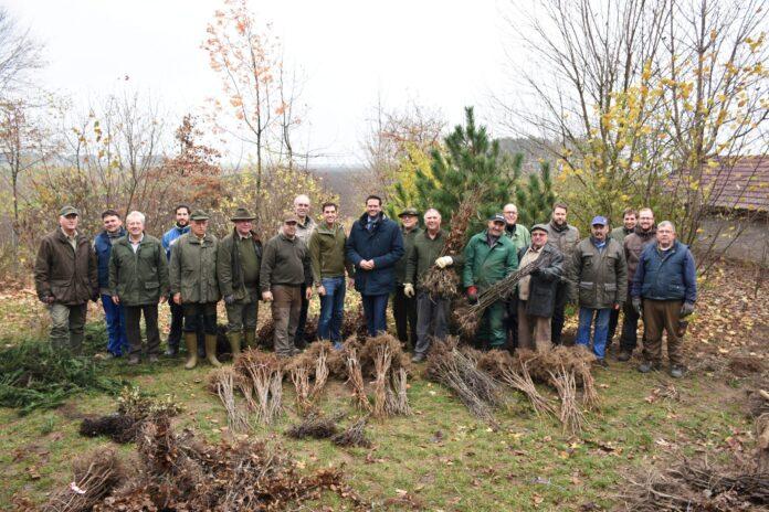 Bildtext: Europa-Abgeordneter Lukas Mandl mit den Gerasdorfer Jägern bei der Baumpflanzung. Foto: Julian Brugger.