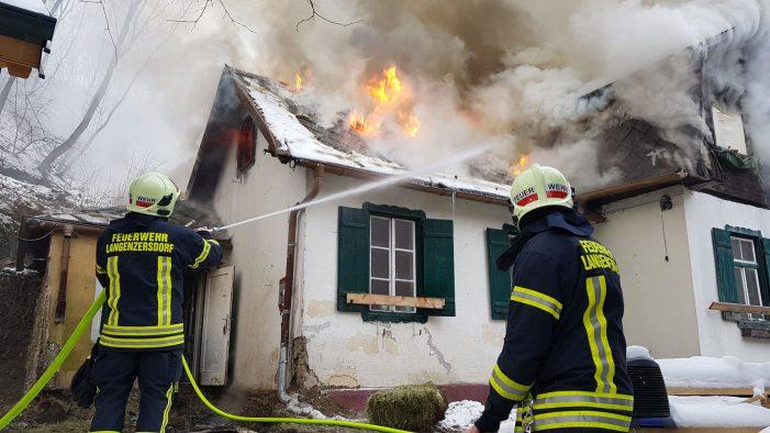 Langenzersdorf: Entlegenes Haus steht im Vollbrand!