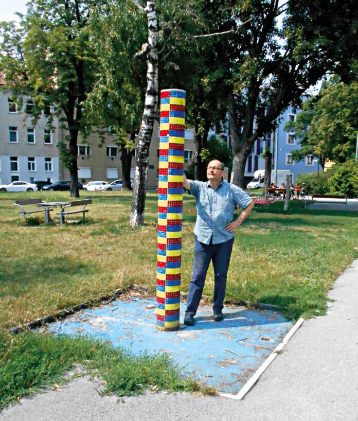 Gerhard Jordan am stillgelegten Brunnen beim Marie-Schuller-Park. Bild: Privat.