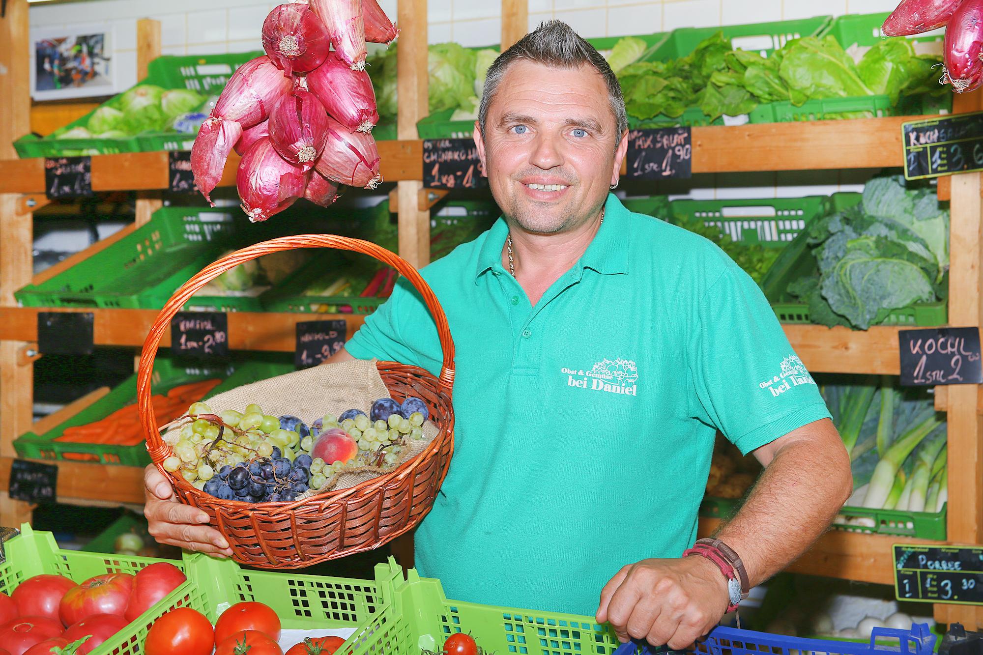 Daniel vor seinem Obst- & Gemüse-Stand. Bild: Robert Sturm - cordbase.com