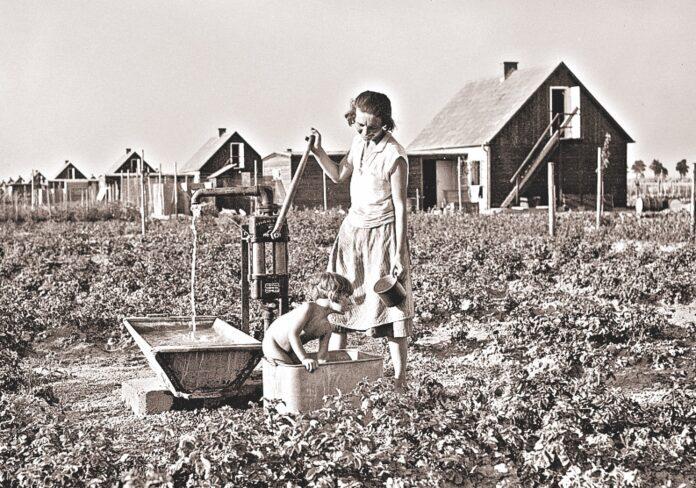 """Ein idealer Start für junge Familien in den schweren Jahren der Zwischenkriegszeit: ein """"ausbaufähiges Kernhaus mit Kleintierstall"""", ein Garten für Obst und Gemüse samt Brunnen – wichtige Voraussetzungen für die Selbstversorgung. Bild: ÖNB."""