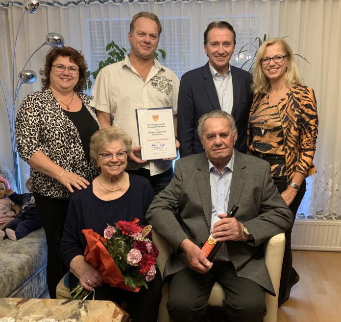 Elfriede und Ewald Rohrbacher gemeinsam mit ihren Kindern und Bürgermeister Mag. Alexander Vojta, der gratulierte. Foto: Stadtgemeinde Gerasdorf bei Wien.