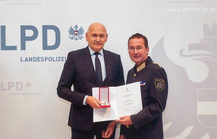 Gerhard Dulmovits und Landespolizeipräsident Gerhard Pürstl bei der Verleihung. Foto: LPD Wien.