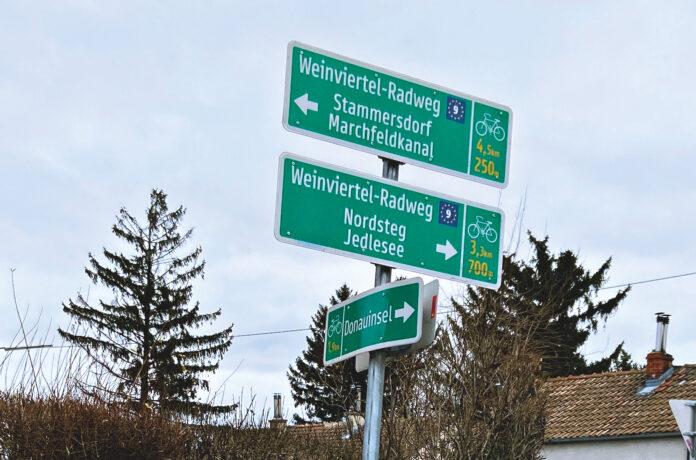 Eurovelo 9, der Weinviertel Radweg: Links geht es zum Marchfeldkanal. Und rechts leider auf die Prager Straße. Bild: DFZ.