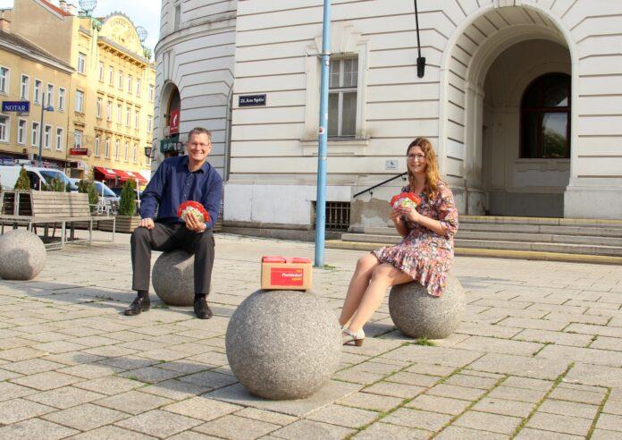Bezirksvorsteher Georg Papai und Bezirksrätin Katharina Allerbauer. Bild: BV21.