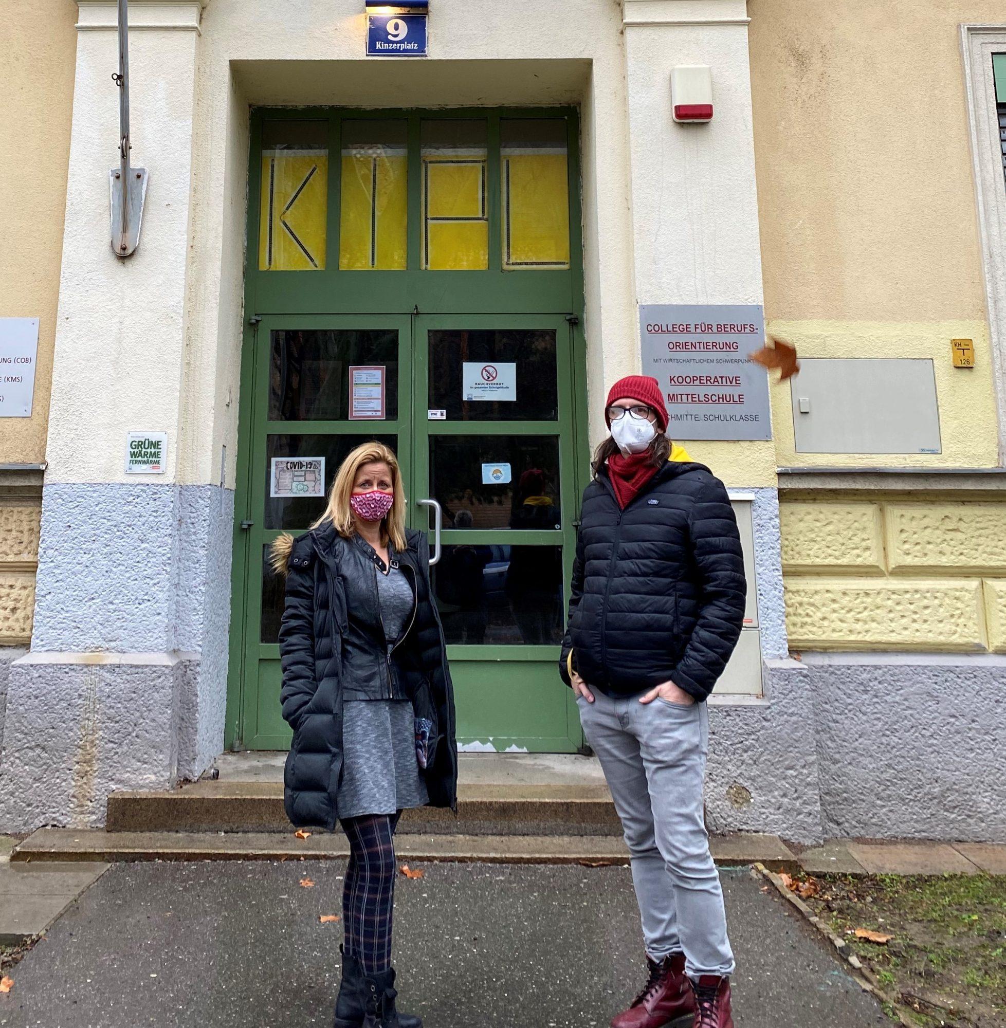 Pany und Schuster vor Mittelschule Kinzerplatz. Bild: Pany.