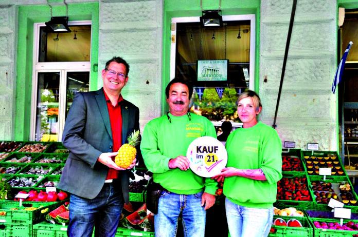 Mawridis am Hoßplatz ist ein langjähriges Obst- und Gemüsegeschäft mit griechischen Wurzeln, in dem schon die dritte Generation fleißig mithilft. Saisonales, Regionales sowie exotische Früchte bereichern das Sortiment. Auch viele griechische Spezialitäten können hier eingekauft werden (Telefon 0664/524 12 03).Bezirksvorsteher GeorgPapai schaute imRahmen seiner 'Sei genial - kauf' regional' Kampagne in Donaufeld vorbei. Bild: BV21.