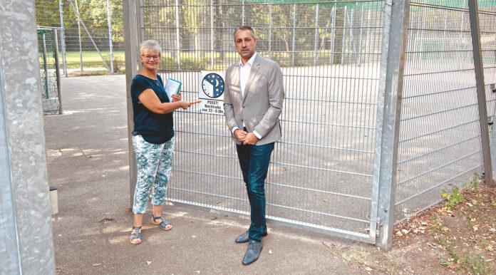 Anrainerin mit ÖVP-Bezirksrat Erol Holawatsch. Bild: DFZ.