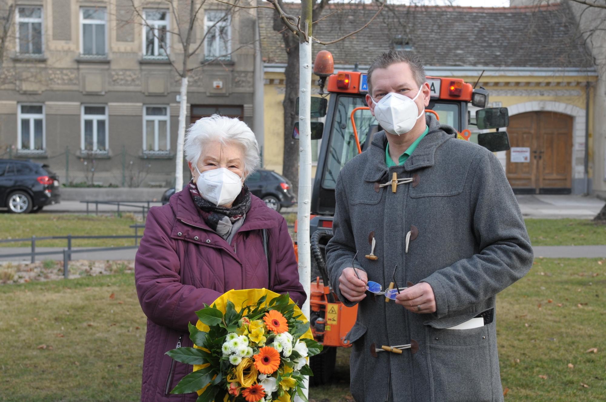 Baumpflanzung am Leopoldauer Platz in Erinnerung an Karl Seidl. Bild: BV21.