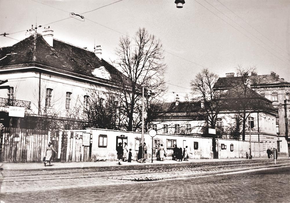 Heutiges Bezirksmuseum - noch mitMauer. Fotos: Familienarchiv Mautner Markhof (3), Bezirksmuseum (2).