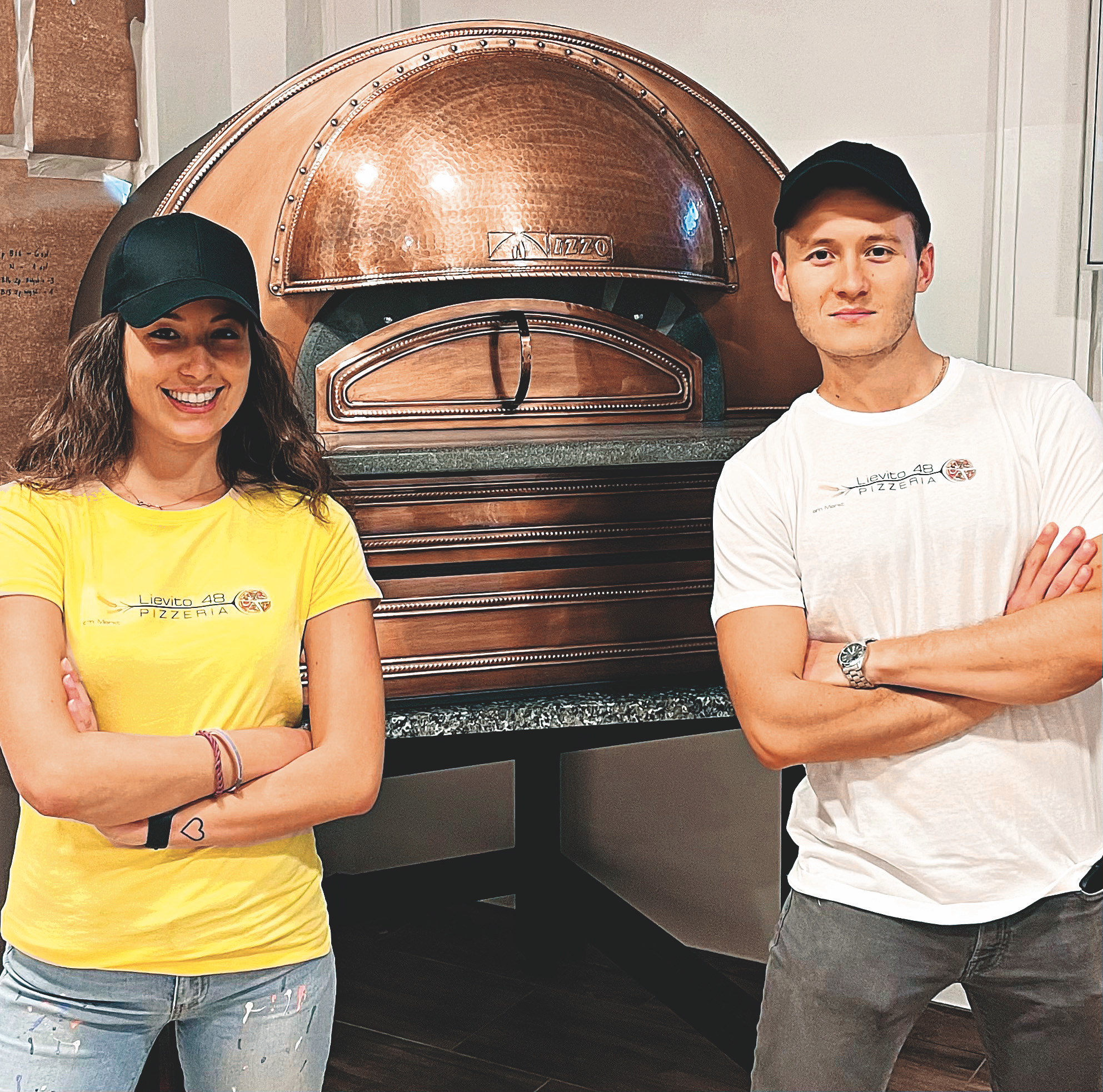 Neue Stände amSchlingermarkt. Gerade aufgesperrt hat die Pizzeria Lievito 48. Für alle Pizza-Liebhaber werden Giulia & Valerio Bendinelli echte napolitanische Pizza anbieten (Bild oben). Bild: Privat.