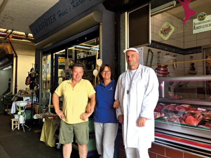 Oben: Am 21. August wurde einMarktblock abgerissen. Links: Peter Neumeister, Brigitte Lackstätter und Andreas Traxler am Schlingermarkt. Bild: DFZ.