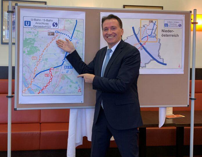 Bürgermeister Alexander Vojta präsentiert die Pläne bei der Pressekonferenz. Bild: Stadtgemeinde Gerasdorf bei Wien.