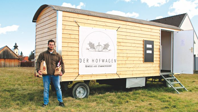 Martin Schwabl vor seinem 24-Stunden- Hofladen. Bild: Robert Sturm - cordbase.com