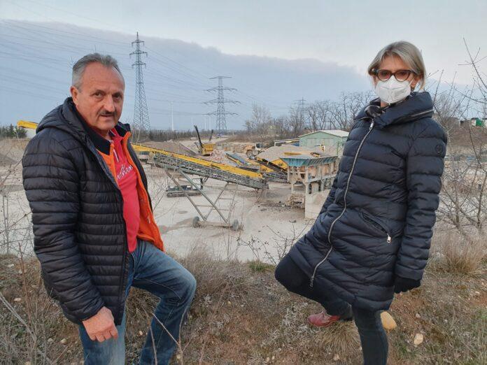 Die Gemeinderäte Manfred Hammerl und Anita Krammel informieren über das Vorhaben. Foto: ÖVP Gerasdorf.