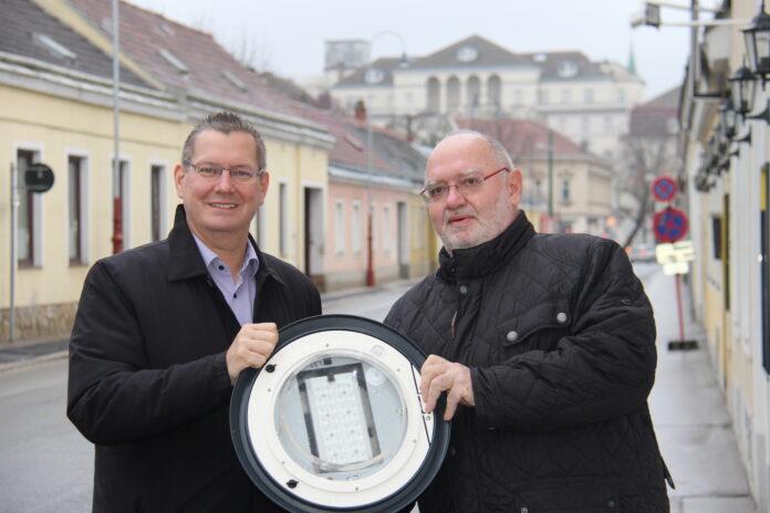 Georg Papai beim Lokalaugenschein mit dem Leiter von Wien Leuchtet Ing. Dipl.-Ing. (FH) Harald Bekehrti. Bild: BV21.