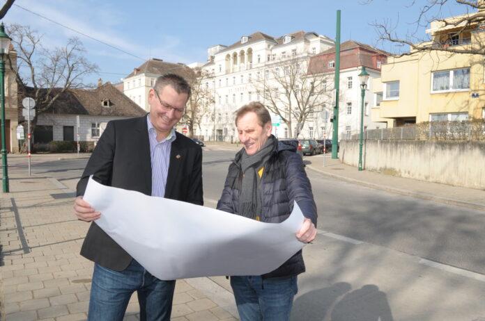 Bezirksvorsteher Georg Papai (links) und Bezirksrat Pepi Fischer am Strebersdorfer Platz. Bild: BV21.