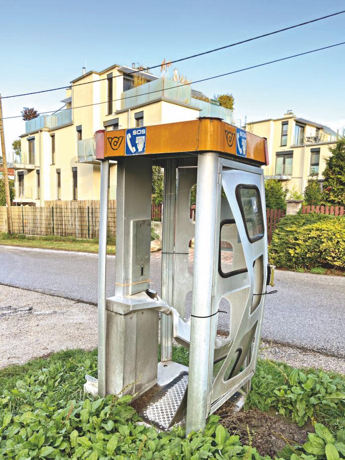 Desolate Telefonzelle in Strebersdorf. Bild: DFZ.