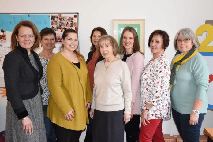 Das Eulenklub-Team um Inge Kostopoulos mit Landesrätin Christiane Teschl-Hofmeister und Stadträtin Kristina Mandl (Foto: Julian Brugger)