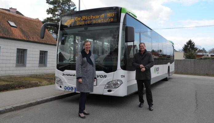 Mag.a Karin Zipperer,MBA (Geschäftsführerin Verkehrsverbund Ost-Region) und BV Georg Papai. Bild: BV21.