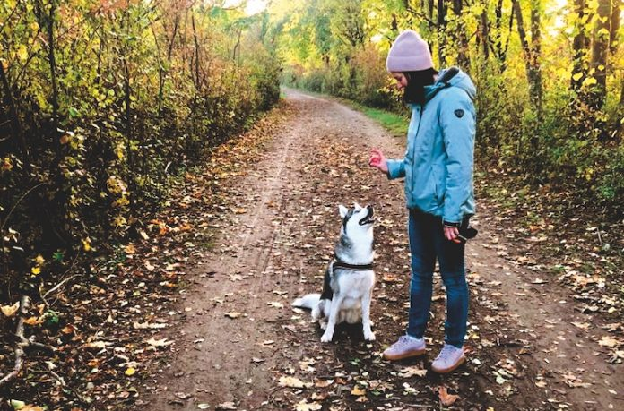 Anrainerin Victoria und ihr Hund. Bild: Privat.