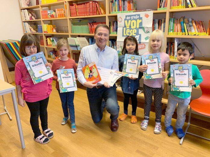 Foto: Bgm. Alexander Vojta beim Vorlesetag mit Kinder aus der Klasse 1a aus Kapellerfeld. Bild: Gemeinde Gerasdorf.