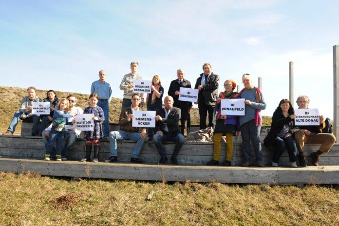 Bürgerinitiativen treffen sich am Rand der Seestadt Aspern. Bild: Manfred Sebek.