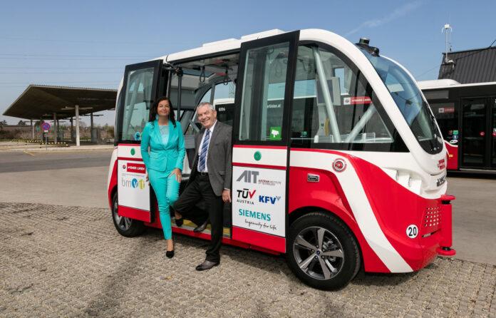 Wiener Linien testen den ersten autonomen e-Bus mit Öffi-Stadträtin Ulli Sima und Wiener-Linien-Geschäftsführer Günter Steinbauer. Bild: Helmer Manfred