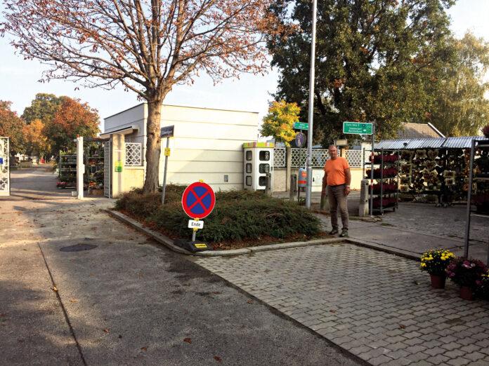 Auf Höhe der Telefonzelle endet derzeit der Radweg. Circa beim Lichtmast vorbei zur Straße soll der neue Radweg führen. Gefahrenstellen: Eingänge zum Friedhof und zum Geschäft. Bild: DFZ.