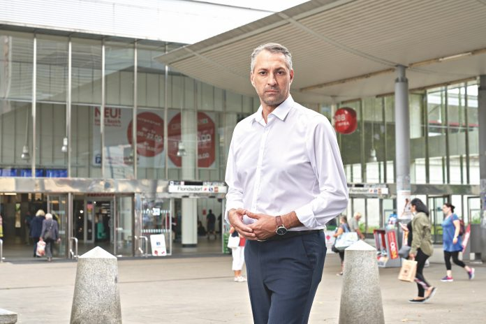 Erol Holawatsch am Bahnhof Floridsdorf. Foto: Philipp Monihart/ÖVP.