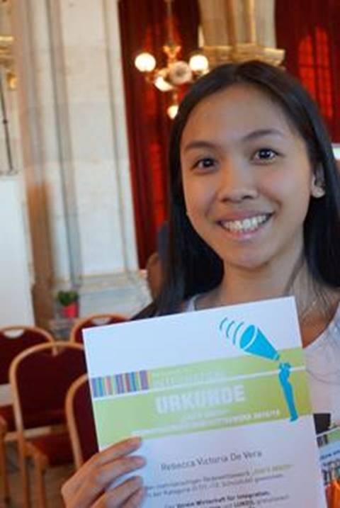"""Rebecca Victoria De Vera, Schülerin der 3ck Handelsakademie der Vienna Business School Floridsdorf, wurde am 2. Mai als eine von neunzehn Gewinnerinnen beim mehrsprachigen Redewettbewerb """"SAG'S MULTI"""" ausgezeichnet. Fotocredit © Vienna Business School."""