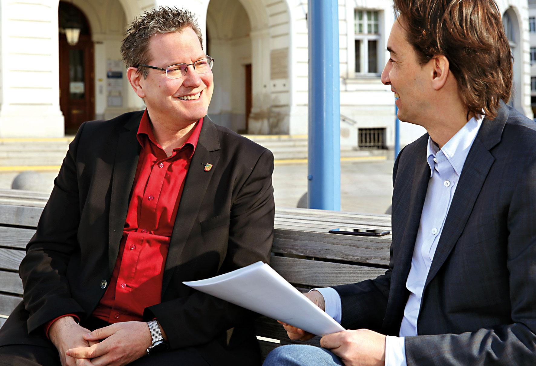 Georg Papai im Gespräch mit DFZ-Chefredakteur Hannes Neumayer vor demAmtshaus des 21. Bezirks. Bild: Robert Sturm - cordbase.com