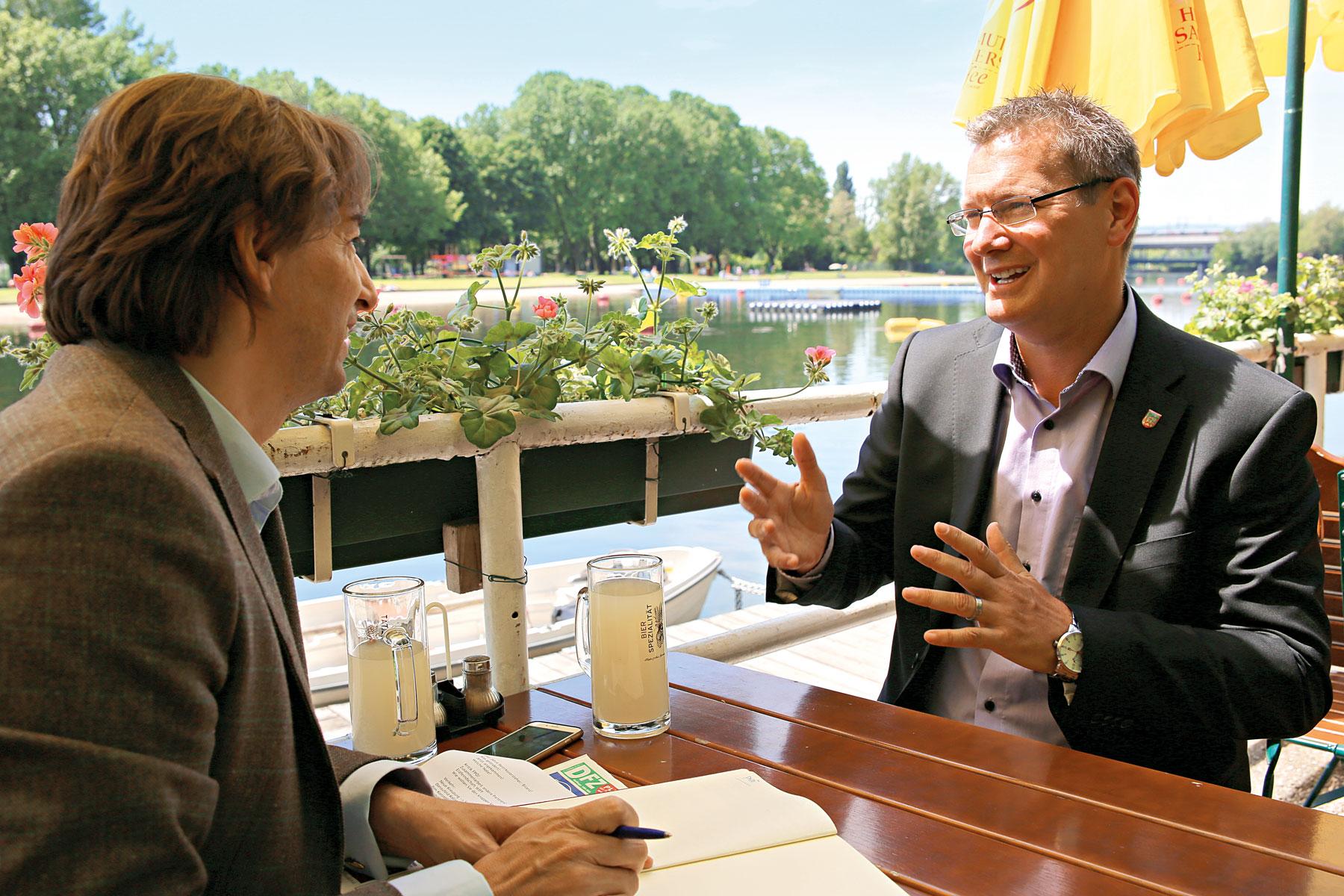 Bezirksvorsteher GeorgPapai (rechts) beim Interview mitDFZ-Chefredakteur Hannes Neumayer imGasthaus Birner an derAlten Donau. Bilder: Robert Sturm. cordbase.com