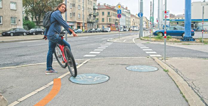 Mit dem Rad auf der Prager Straße unterwegs - vis avis ist der Benner. Bild: Robert Surm - cordbase.com