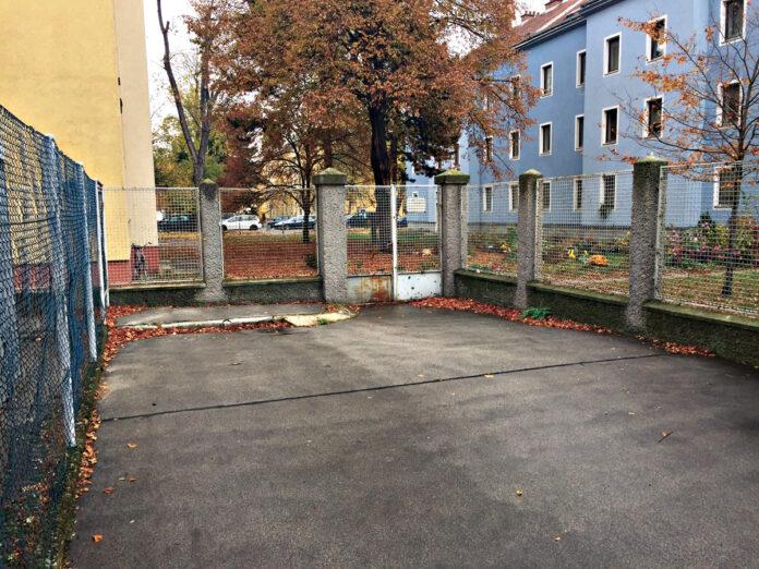 Bild: DFZ. Durchgang im Schlingerhof.