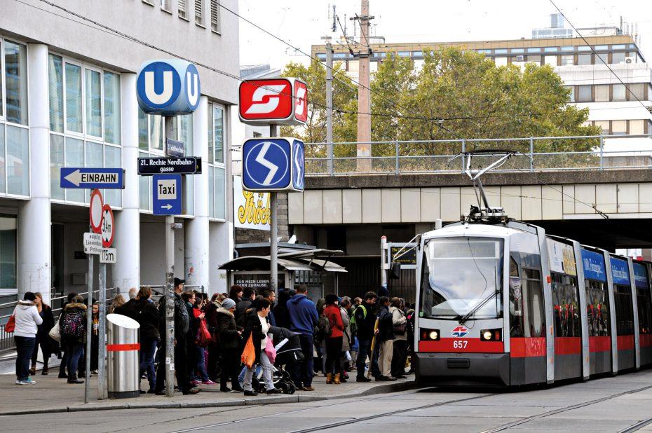 Typisches Bild bei der Unterführung  Schloßhofer Straße: Warten auf die Straßenbahn. Bild: Fotostudio Vodicka.