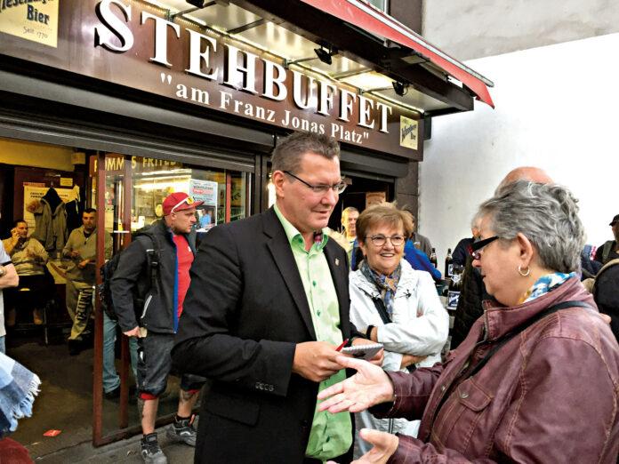 Bezirksvorsteher Georg Papai im Gespräch am Stehbuffet. Bild: DFZ.